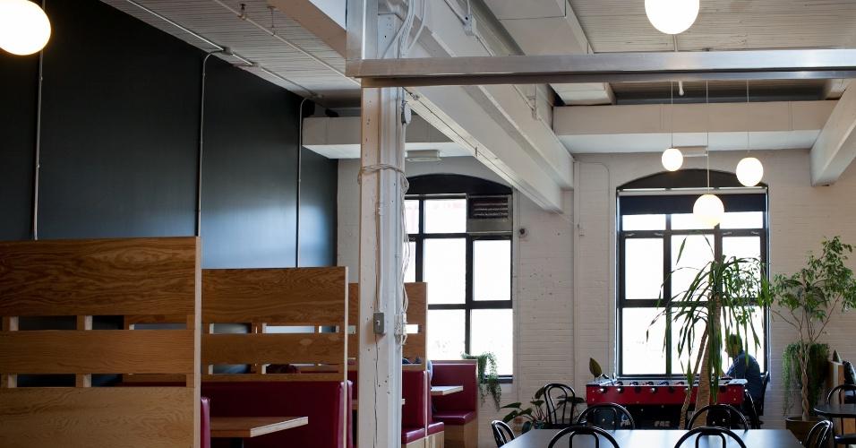 Refeitório dos estúdios da Ubisoft, em Montreal, com direito à mesa de pebolim