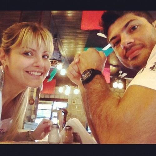 Viscardi Andrade e Bárbara da Costa são casados; a modelo só foi conhecer o MMA com o lutador, e admite que se assustou com a primeira luta que presenciou