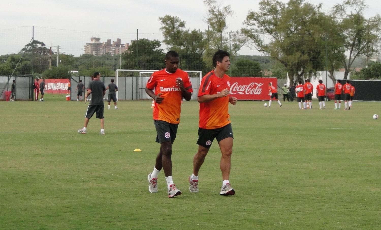 Zagueiros Juan e índio correm ao redor do gramado 2 do CT do Parque Gigante em treino do Inter (11/04/2013)