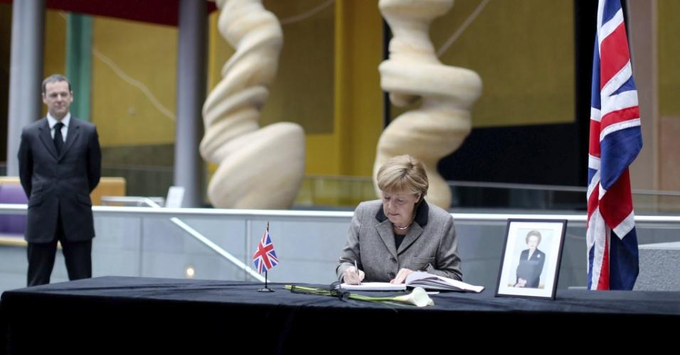 11.abr.2013 - A chanceler alemã, Angela Merkel, assina um livro de condolências em memória à ex-primeira-ministra britânica Margaret Thatcher, na embaixada britânica em Berlim, na Alemanha
