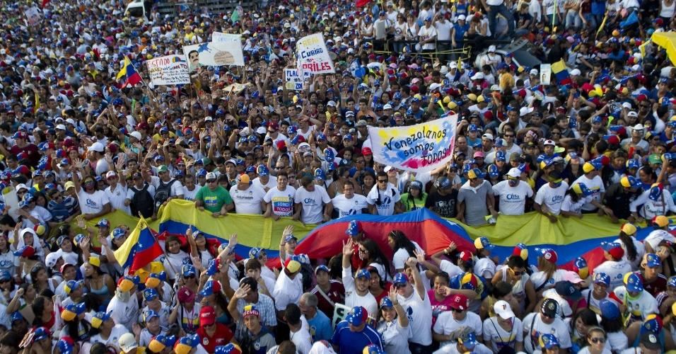 11.abr.2013 - Apoiadores do candidato da oposição às eleições da Venezuela, Henrique Capriles, participam de comício de encerramento de campanha em Barquisimeto, no Estado de Lara. No próximo domingo (14) será eleito o primeiro presidente eleito da era pós-Hugo Chávez
