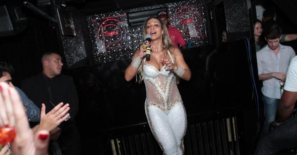 11.abr.2013 - Após turnê na Europa, onde se fez shows em Londres e na Suíça, Valesca Popozuda ousou em apresentação em balada em São Paulo.