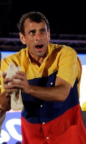 11.abr.2013 - Candidato da oposição às eleições da Venezuela, Henrique Capriles, solta uma pomba durante comício de encerramento de campanha em Barquisimeto, no Estado de Lara. No próximo domingo (14) será eleito o primeiro presidente eleito da era pós-Hugo Chávez