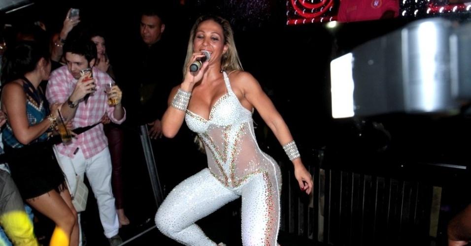 11.abr.2013 - Com ingressos que chegaram a R$ 150 reais, Valesca Popozuda ousou e cantou seus principais sucessos no funk no Royal Club, balada da região da Consolação, em São Paulo. No flyer do show, a frase: