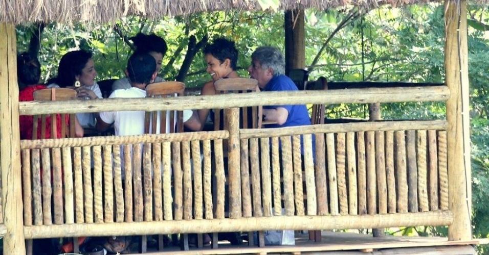 11.abr.2013 - Halle Berry almoçou em um restaurante em Santa Teresa, centro do Rio