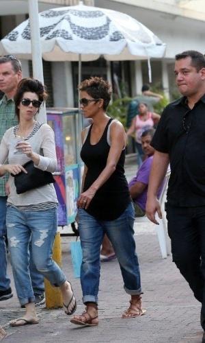 11.abr.2013 - Halle Berry passeou pelo bairro de Ipanema, zona sul do Rio
