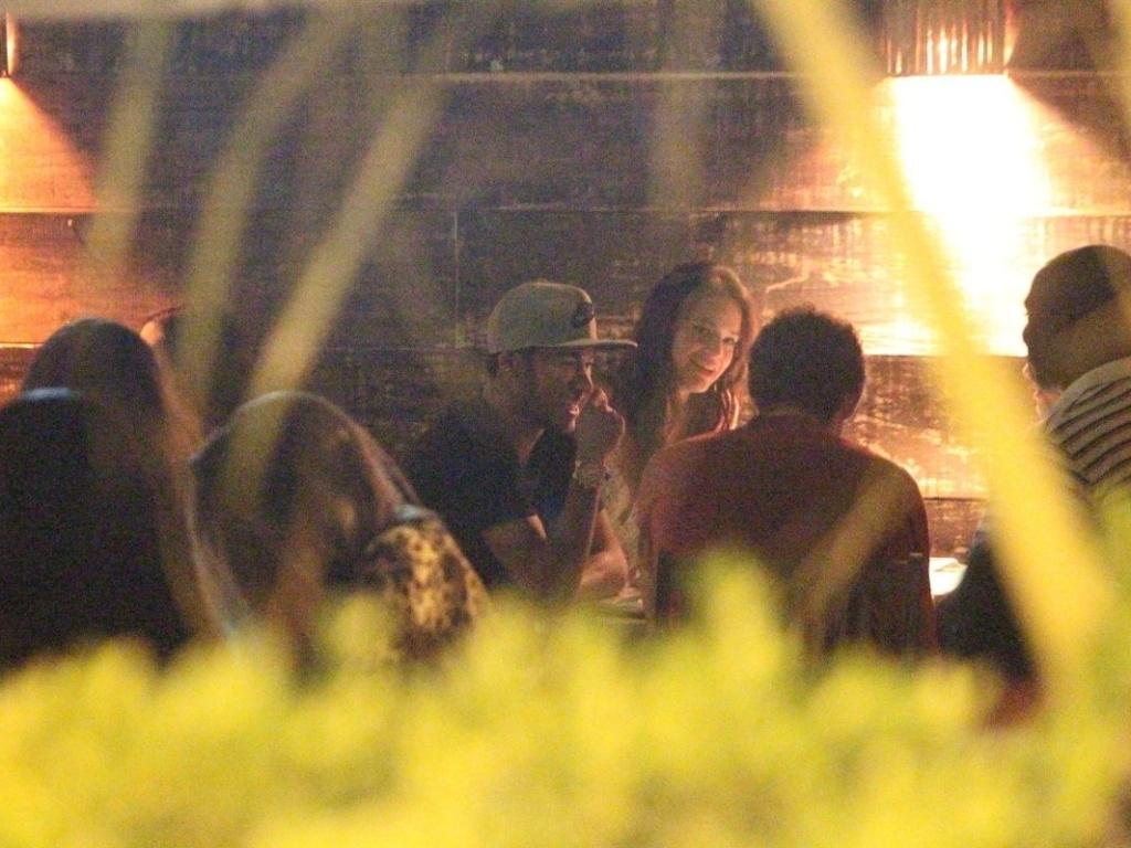 11.abr.2013 - Neymar e Bruna Marquezine jantam com amigos em restaurante na Barra da Tijuca, no Rio de Janeiro
