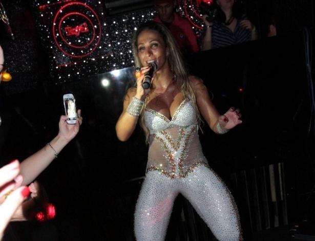 11.abr.2013 - Valesca Popozuda dança na garrafa durante apresentação no Royal Club, casa noturna na Rua da Consolação, em São Paulo. No repertório, os funks
