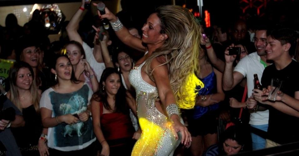 11.abr.2013 - Valesca Popozuda pula, canta e rebola no show onde apresentou seus funks, no Royal Club, casa noturna da região da Consolação, em São Paulo