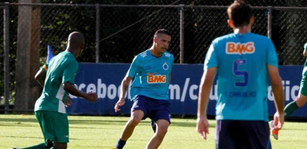 Anselmo Ramon (c) está na mira do Atlético-PR e pode deixar a Toca da Raposa