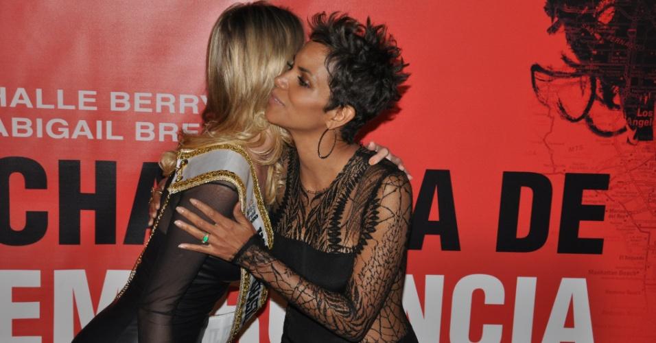 12.abr.2013 - As duas misses se abraçaram, conversaram e tiraram fotos no tapete vermelho