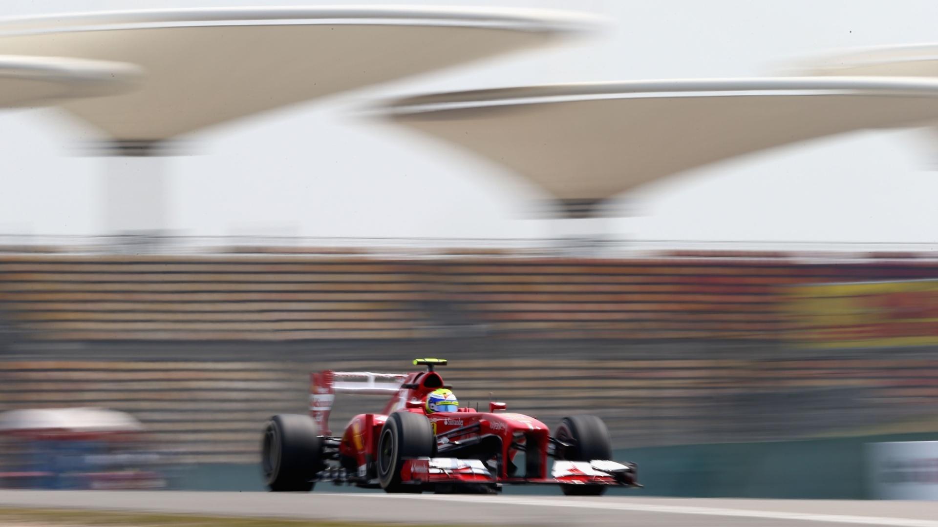12.abr.2013 - Felipe Massa acelera sua Ferrari pelo circuito de Xangai nos treinos livres para o GP da China