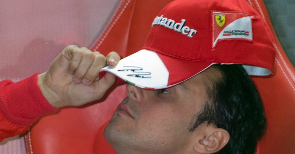 12.abr.2013 - Felipe Massa relaxa nos boxes antes de ir para a pista de Xangai