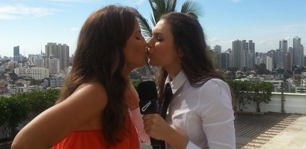12.abr.2013 - Ivete Sangalo e Monica Iozzi trocam selinho durante gravaes para o quadro 