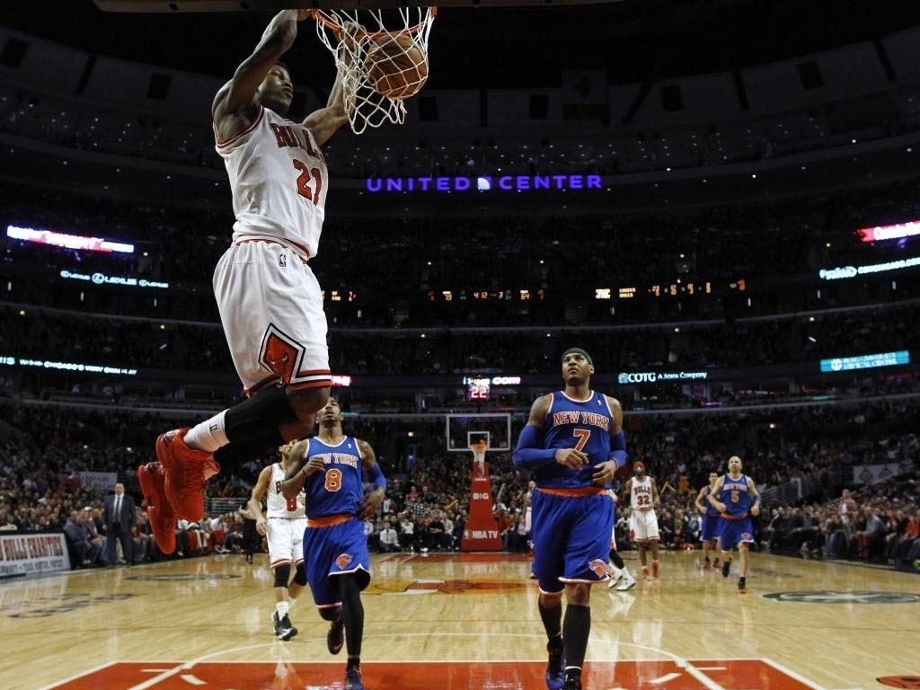 12.abr.2013 - Jimmy Butler sobe para enterrada na vitória dos Bulls sobre os Knicks, na qual ele foi um dos destaques dos vencedores