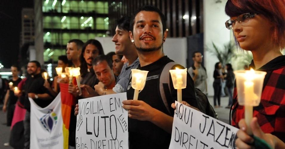 """12.abr.2013 - Manifestantes realizam uma """"Vigília em luto pelos Direitos Humanos"""", na noite desta sexta-feira (12), na avenida Paulista, região central de São Paulo. O ato é um protesto contra a permanência do deputado Marco Feliciano (PSC-SP) na presidência da Comissão de Direitos Humanos da Câmara"""