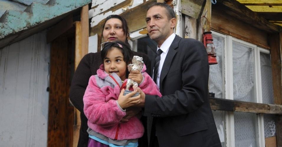 12.abr.2013 - Nazif Mujic, que ganhou o Oscar de melhor ator no 63º Berlin Film Festival, posa ao lado da família
