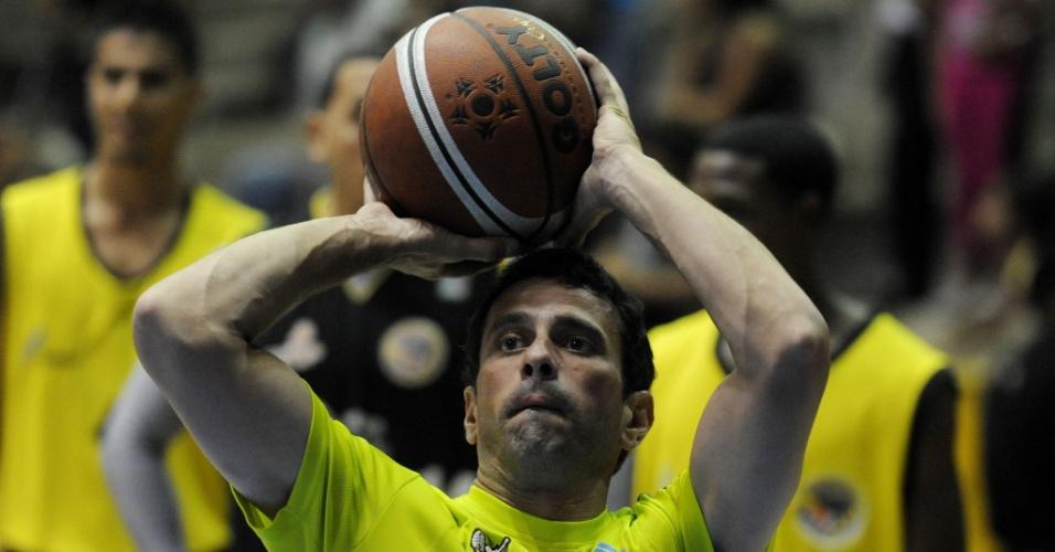 12.abr.2013 - O líder da oposição venezuelana e candidato à Presidência, Henrique Capriles, joga basquete nesta sexta-feira (12), em Caracas, um dia após o encerramento da campanha para a eleição do domingo (14)