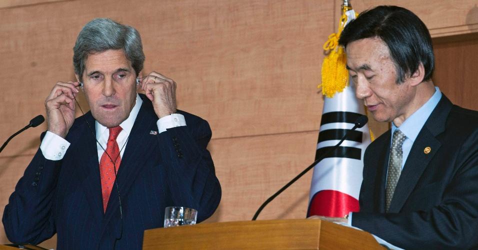 12.abr.2013 - O secretário de Estado dos EUA, John Kerry, coloca fones de ouvido em pronunciamento com o ministro das Relações Exteriores da Coreia do Sul, Yun Byung-se, em Seul, nesta sexta-feira (12)