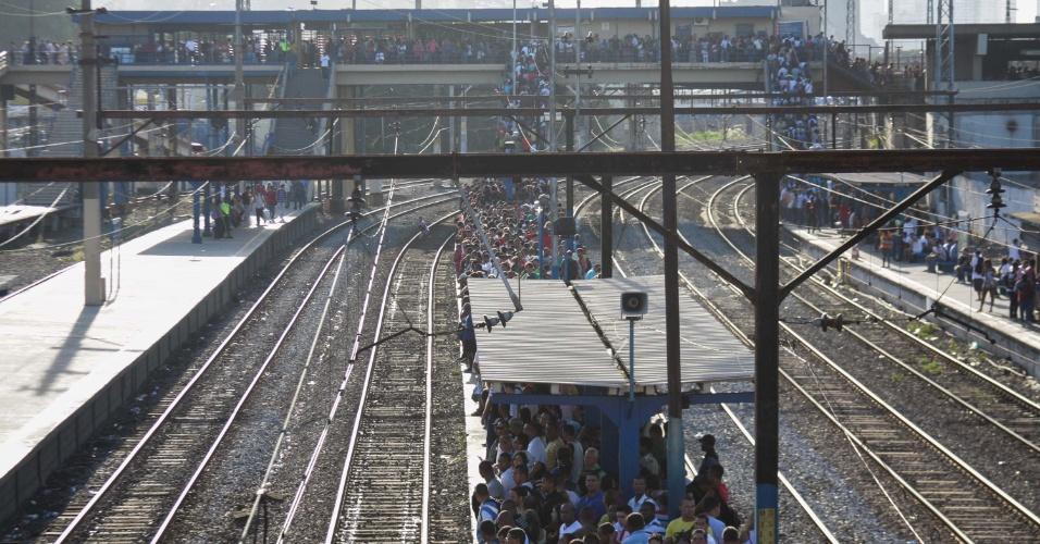 12.abr.2013 - Plataforma lotada e fila na estação de trem de São Cristóvão, no Rio de Janeiro (RJ), nesta sexta-feira (12). Os trens apresentavam atrasos de 30 minutos nesta manhã. Na noite de quinta-feira (11), um trem com destino a Santa Cruz descarrilou com cerca de 400 passageiros. O Corpo de Bombeiros foi acionado e não houve feridos