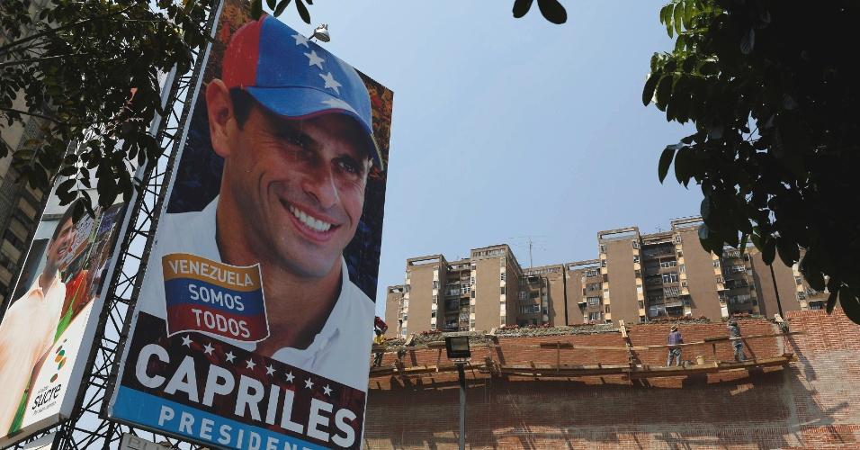 12.abr.2013 - Poster mostra o líder da oposição e candidato presidenciável Henrique Capriles, em um supermercado em Caracas. No próximo domingo (14) será eleito o primeiro presidente eleito da era pós-Hugo Chávez