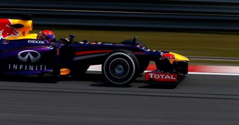 12.abr.2013 - Sebastian Vettel acelera sua Red Bull pelo circuito de Xangai durante treinos livres para o GP da China