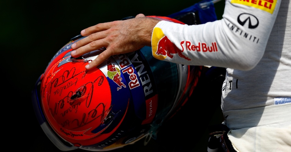 12.abr.2013 - Sebastian Vettel segura seu capacete antes de entrar na pista para os treinos livres do GP de Xangai