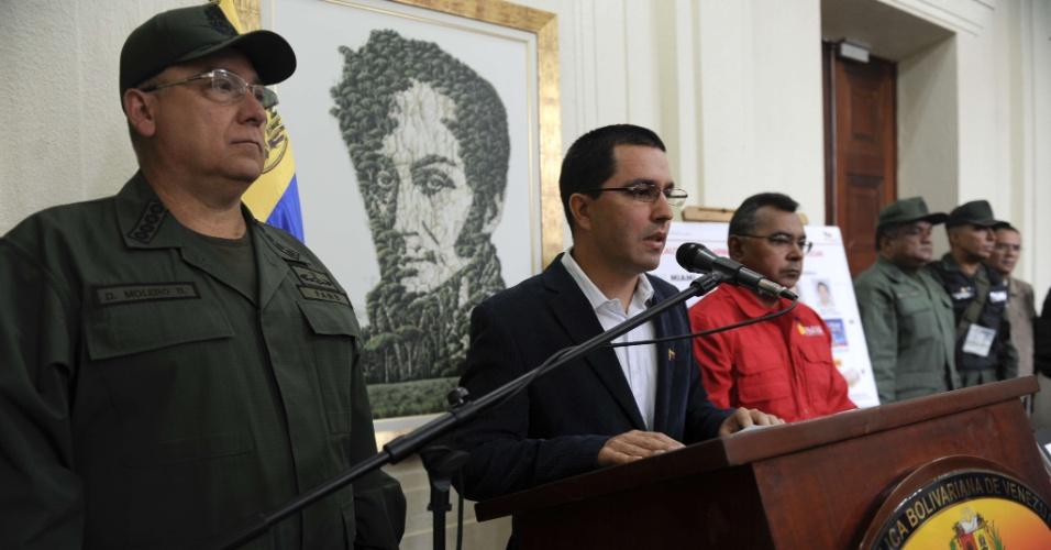 """12.abr.2013 - Vice-presidente venezuelano Jorge Arreaza fala durante coletiva de imprensa em Caracas, nesta sexta-feira (12). Ele falou da prisão de supostos paramilitares colombianos, que de acordo com o presidente em exercício, Nicolás Maduro, tinham entrado no país """"para matá-lo"""". No comício de encerramento de sua campanha Maduro acrescentou que um plano para gerar violência antes da eleição estava sendo desmontado"""