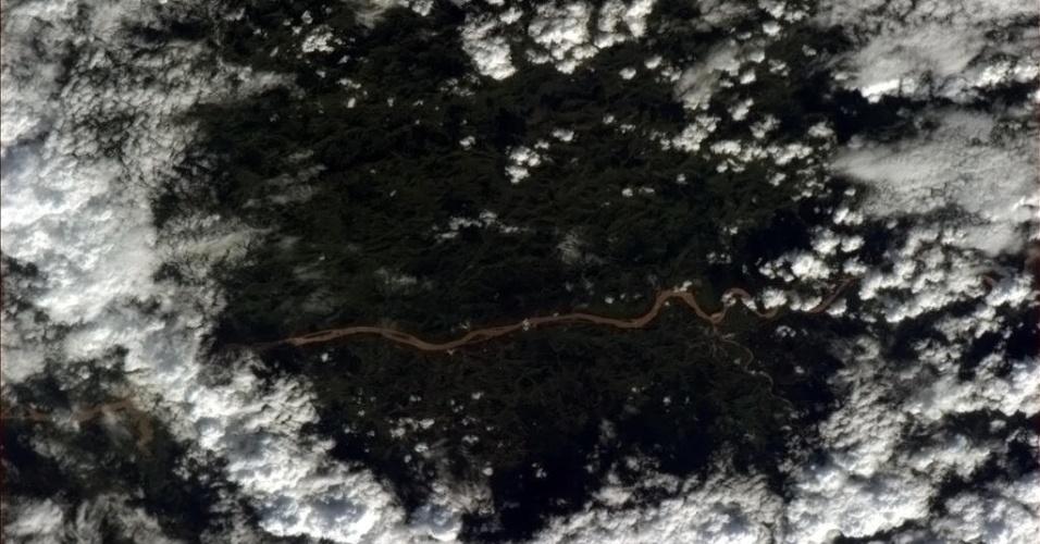"""12.abr.2013 -""""Ao ver este rio brasileiro entre nuvens me senti como se de repente estivesse vendo uma cobra sob meus pés"""", disse o astronauta Chris Hadfield em seu Twitter. Ele fotografou a cidade da Estação Espacial Internacional"""