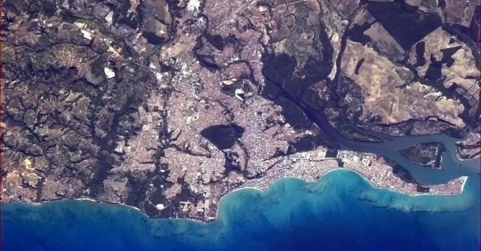 """12.abr.2013 -""""João Pessoa, Brasil, cidade mais oriental das Américas - onde o Sol nasce primeiro"""", escreveu o astronauta Chris Hadfield em seu Twitter. Ele fotografou a cidade da Estação Espacial Internacional"""