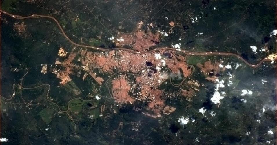 """12.abr.2013- O astronauta Chris Hadfield, famoso por postar fotos da Terra vistas da Estação Espacial Internacional, publicou esta foto de Teresina, capital do Piauí. """"Morada tropical para um milhão de nós no rio Parnaíba"""", disse no Twitter"""