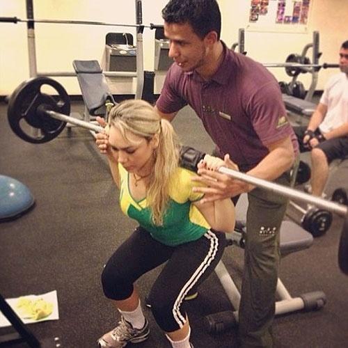 13.abr.2013 - A cantora de música eletrônica Lenny B mostra, no Instagram, que investe pesado na malhação. Na foto, ela faz agachamento livre com 30 kg (quatro séries de 12)