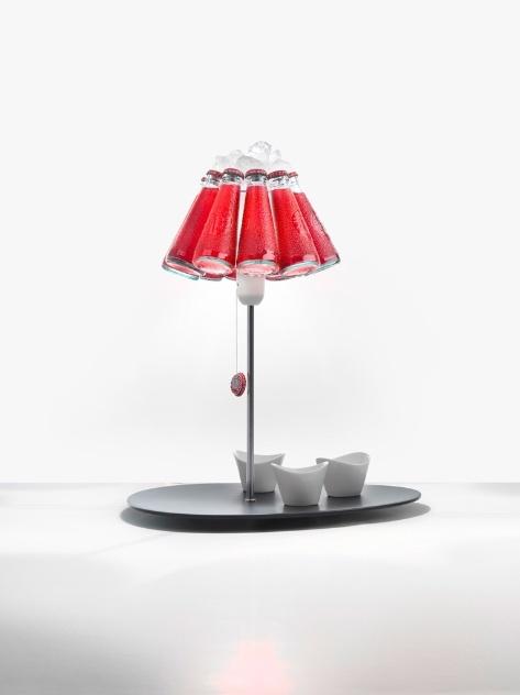 A luminária Campari Bar (2013), criada por Raffaele Celentano para o estúdio Ingo Maurer, é uma versão da Campari Light