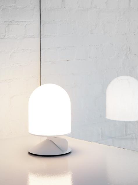 """A luminária de mesa Vinge, desenhada pelo Note Design Studio para a Örsjö, tem uma """"asinha"""" na base que funciona como dimmer. Ao ser girada ela altera a intensidade luminosa"""