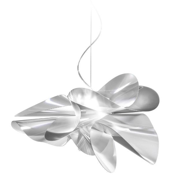 A luminária Étoile foi desenhada por Adriano Rachele para a Slamp e é fabricada com tecnopolímeto Lentiflex, patenteado pela marca