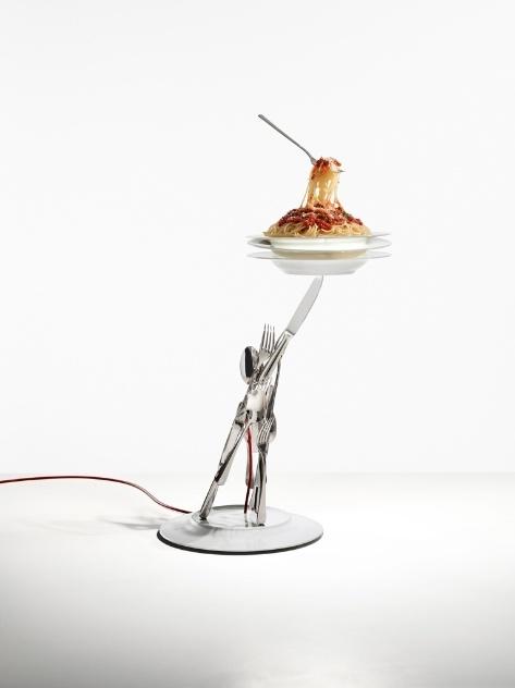"""A luminária """"Veramente al Dente"""" (2010/2013) é estruturada em metal e porcelana. A peça criada por Ingo Maurer possui pratos, talheres e um belo """"espaguete""""!"""