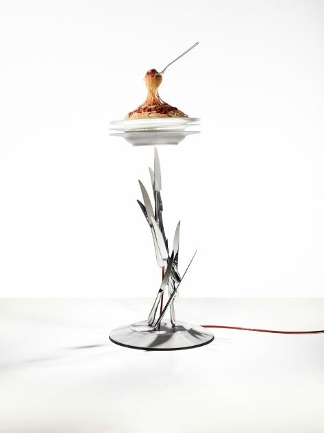 """A luminária """"Veramente al Dente"""" (2010/2013) é estruturada em metal e porcelana. A peça criada por Ingo Maurer possui pratos, talheres e um belo espaguete!"""