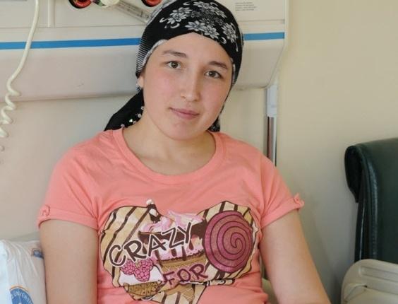 A turca Derya Sert posa antes da cirurgia de transplante de útero no hospital universitário Akdeniz, na cidade de Antalya, em 8 de agosto de 2011 quando tinha 21 anos
