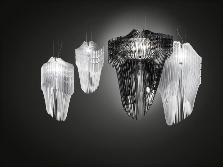 As luminárias Aria e Avia (brancas) foram desenhadas pela arquiteta Zaha Hadid para a Slamp. As peças são constituídas por lâminas de Cristalflex e Opalflex, respectivamente, tecnopolímeros patenteados pela empresa fabricante