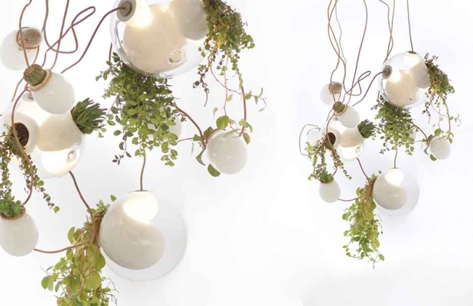 As luminárias da Bocci são feitas com vidro, artesanalmente, em Vancouver (Canadá). O designer Omer Arbel trabalha brincando com o material em seu ateliê. A belíssima 38, de 2012, combina a aplicação de pontos de vidro leitoso à luminária com nichos para o cultivo de plantinhas