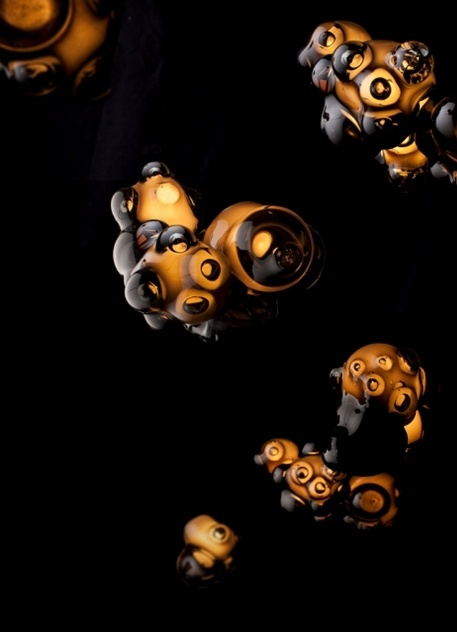 As luminárias da Bocci são feitas com vidro, artesanalmente, em Vancouver (Canadá). O designer Omer Arbel trabalha brincando com o material em seu ateliê. A novidade de 2013 é a luminária recém-criada e com aspecto mais forte, utilizando vidro escuro