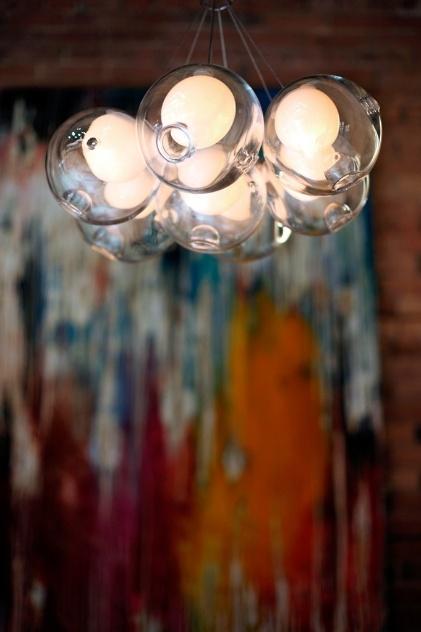 As luminárias da Bocci são feitas com vidro, artesanalmente, em Vancouver (Canadá). O designer Omer Arbel trabalha brincando com o material em seu ateliê. Na foto, modelo 28, de 2009, com vidro mais fino e reentrâncias