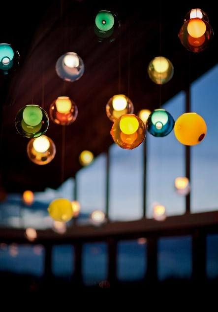 As luminárias da Bocci são feitas com vidro, artesanalmente, em Vancouver (Canadá). O designer Omer Arbel trabalha brincando com o material em seu ateliê. Na foto, modelo 28 em versão colorida - há a possibildade de combinação de cores -, de 2009, com vidro mais fino e reentrâncias