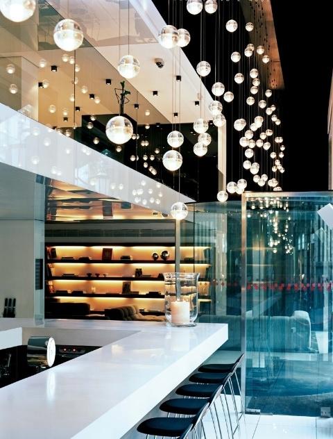 As luminárias da Bocci são feitas com vidro, artesanalmente, em Vancouver (Canadá). O designer Omer Arbel trabalha brincando com o material em seu ateliê. Na foto, o modelo 14, de 2005, com vidro mais grosso e divisão marcada na linha média. As peças podem ser aplicadas de formas diversas: isoladas, em blocos, em composições e espalhadas como em uma escultura luminosa para qualquer dos modelos