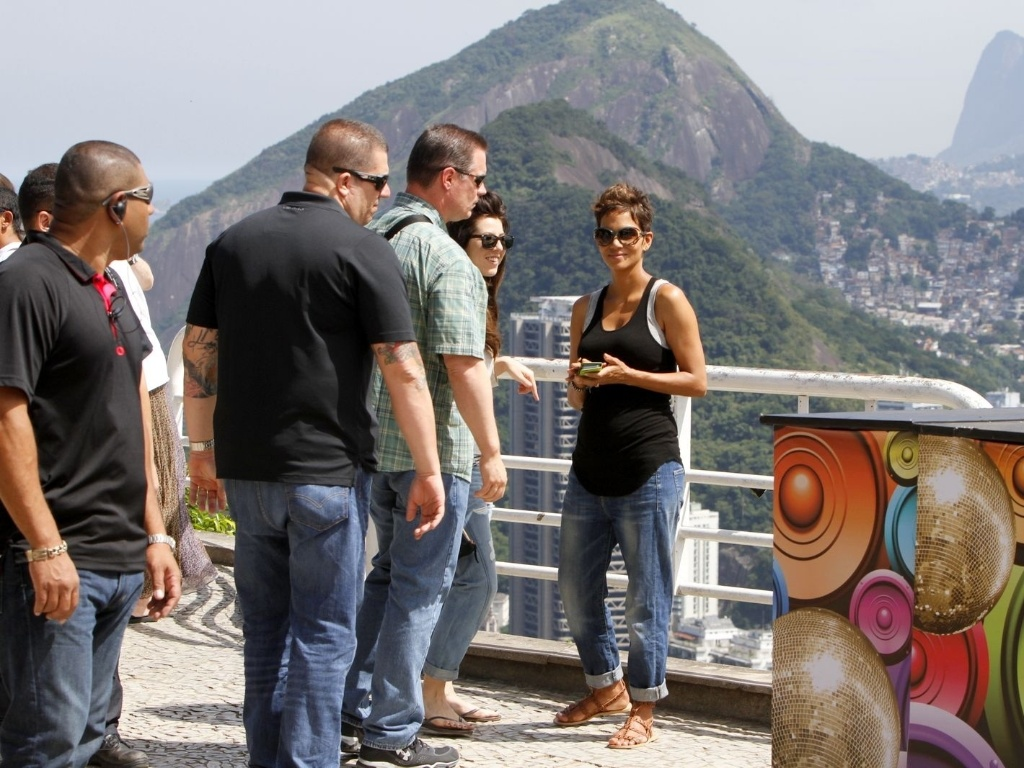 Atriz Halle Berry visita o Po de Acar no Rio de Janeiro