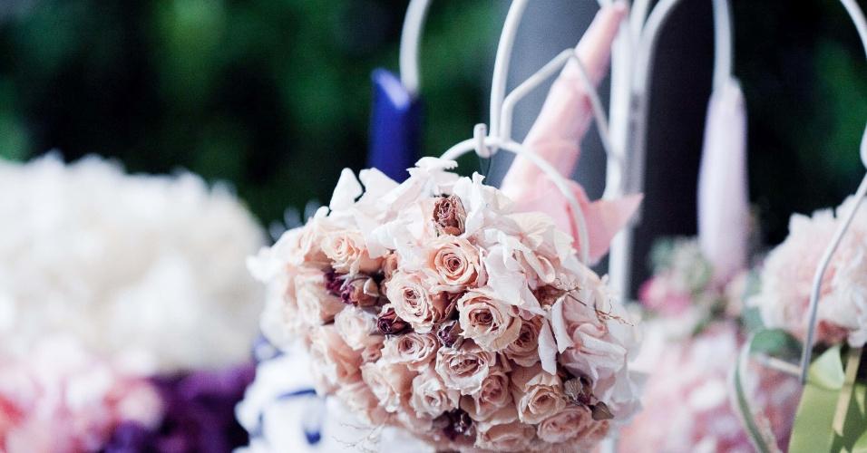 Buquê para daminha feito de flores preservadas da Flor de Cór (www.flordecor.com.br). As rosas são importadas da Colômbia e, dependendo da umidade do ambiente, podem durar até dois anos. Se guardadas em uma redoma, chegam a durar 15 anos. O buquê para daminha custa a partir de R$ 130. Preço consultado em abril de 2013 na feira Casar e sujeito a alterações