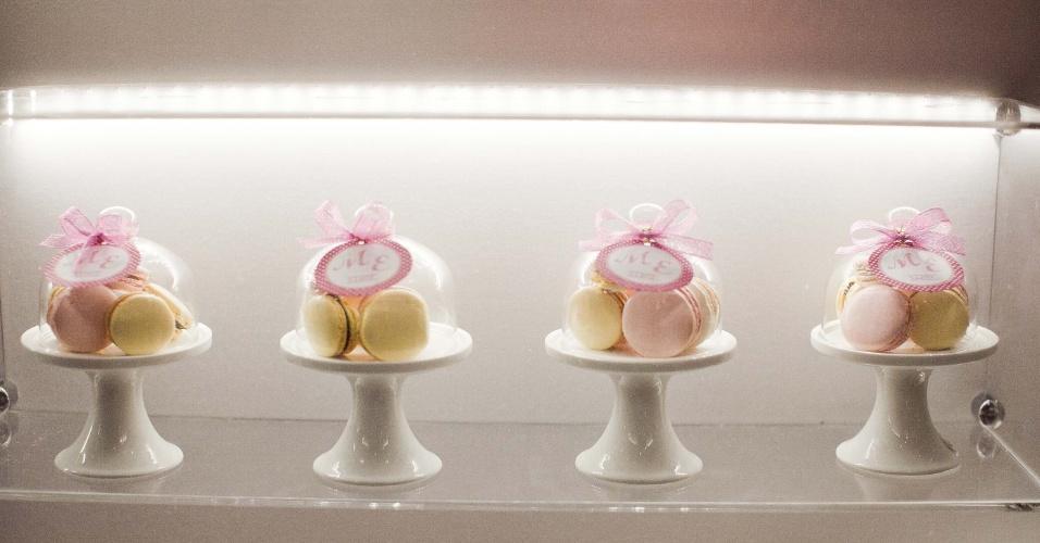 11.abr.2013 - mini-boleira com macarons é proposta de lembrancinha de luxo da Gift Chic (www.giftchic.com.br); por R$ 55 (unidade). Preço consultado em abril de 2013 na feira Casar e sujeito a alterações
