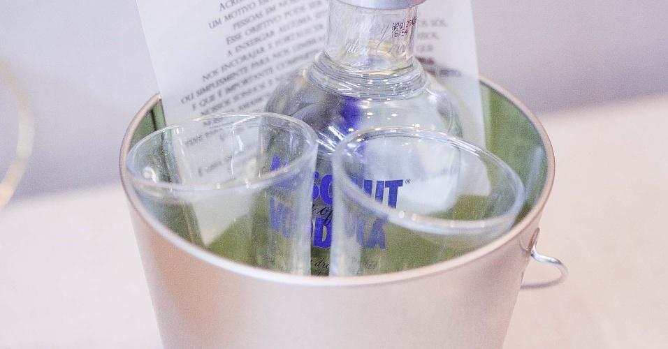11.abr.2013 - balde de gelo com garrafa de vodka e dois copos é ideal para presentear os padrinhos, da Papel & Estilo (www.papeleestilo.com.br); por R$ 95 (unidade). Preço consultado em abril de 2013 na feira Casar e sujeito a alterações