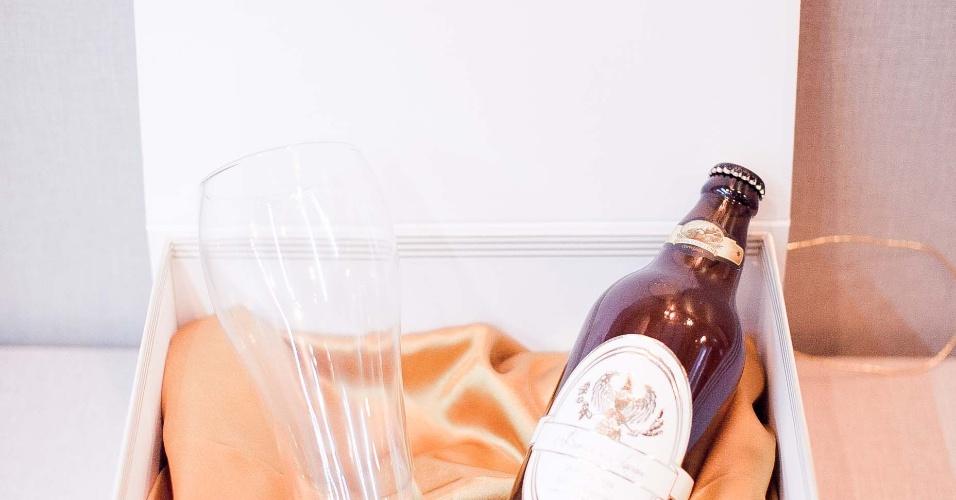 11.abr.2013 - kit cerveja para os padrinhos, da Papel & Estilo (www.papeleestilo.com.br); por R$ 95 (unidade). Preço consultado em abril de 2013 na feira Casar e sujeito a alterações
