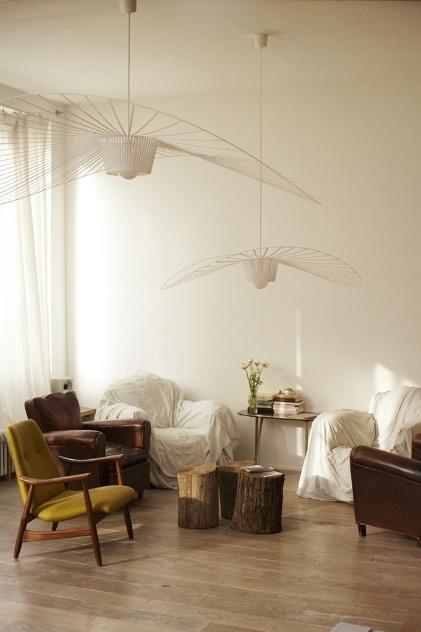 Criadas pela designer Constance Guisset, da francesa Petit Friture, o pendente Vertigo é uma luminária leve e fluida. O desenho estruturado por finas fitas de poliuretano que se assemelham a cetim, quando vistas de longe, faz lembrar chapéus de abas largas e chiques